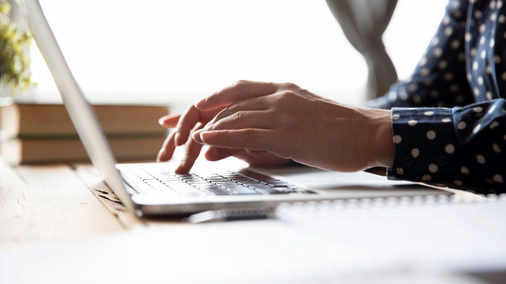 Žena s laptopom.